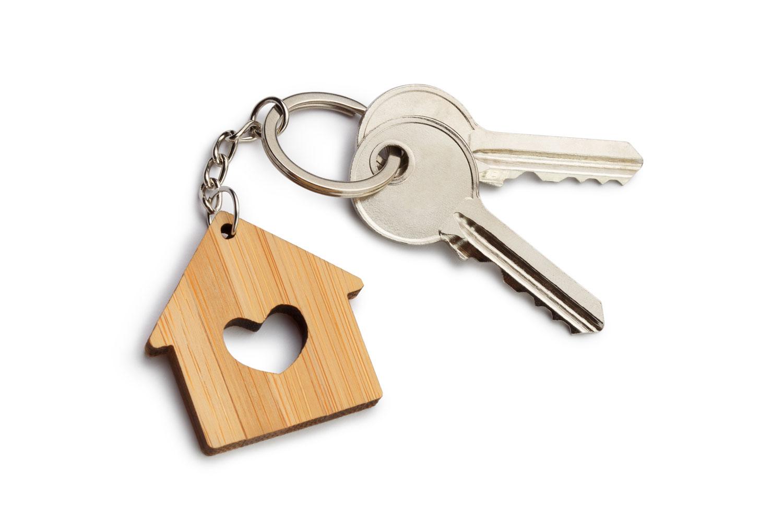 twee sleutels aan houten sleutelhanger voor sleutelbeheer schoonmaakservice Altea Calpe Benidorm La Nucia Albir Alfaz