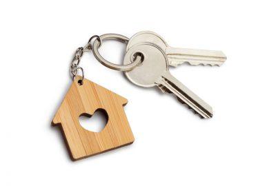 twee sleutels aan houten sleutelhanger voor sleutelbeheer Calpe, Benidorm, La Nucia, Albir, Alfaz, Altea